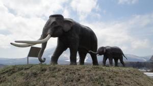 国道のナウマンゾウ親子像