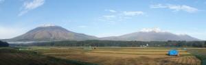 黒姫山(左)と妙高山