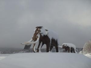ナウマンゾウの親子像に積雪