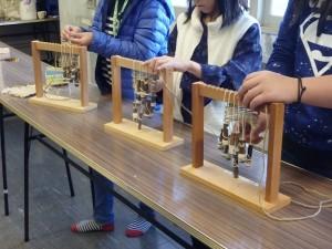 小学生3人があんぎん編みに挑戦中