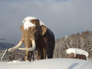 雪の中の親子像