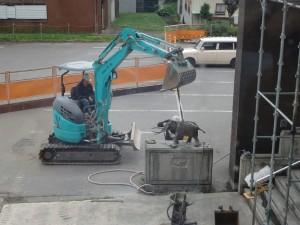 工事中に撤去されるナウマンゾウの銅像