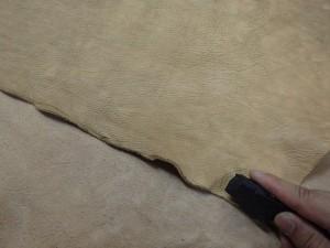 革は石器で切っています