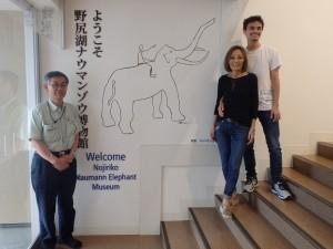 記念撮影 右がジャンセン茜さんとご子息、左が近藤館長