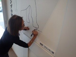 ジャンセン茜さんの絵にサインをしていただきました