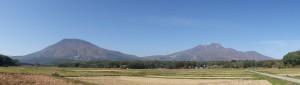 黒姫山(左)と妙高山(右)