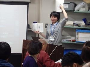 テキストの図を示しながら説明する関学芸員