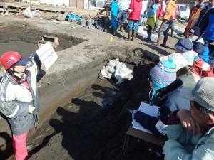 第22次野尻湖発掘で地層を見学しているところ