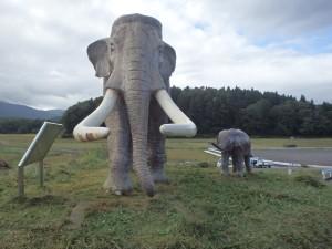 今日から修理をするナウマンゾウ親子像